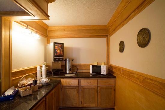 Americas Best Value Inn & Suites: Breakfast Area