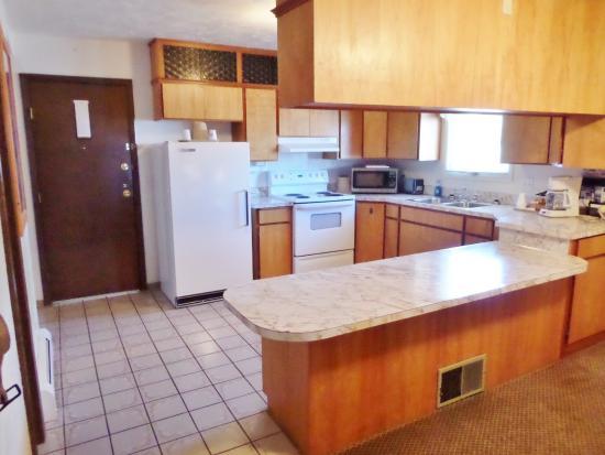 Americas Best Value Port Polson Inn: Two Queen Beds Kitchen Suite
