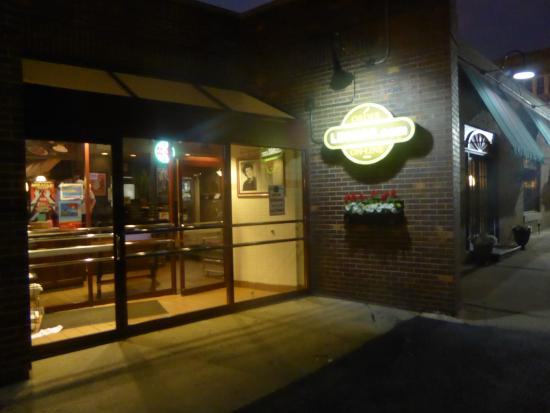 Leona's Pizzeria: entrance