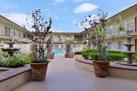 Americas Best Value Inn & Suites: Courtyard