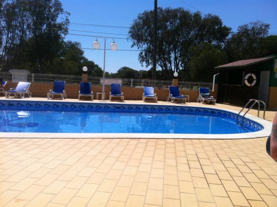 Torre Velha Hotel: Lovely pool area, with shade under the palm tree