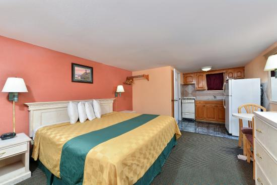 Americas Best Value Inn - Corpus Christi / Port Aransas: One King Bed Kitchenette Guest Room