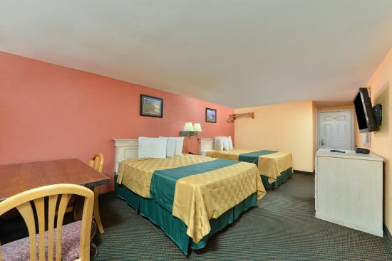 Americas Best Value Inn - Corpus Christi / Port Aransas: Two Queen Bed Kitchenette Guest Room