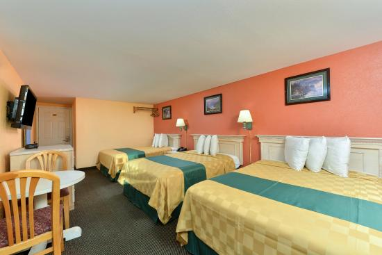 Americas Best Value Inn - Corpus Christi / Port Aransas: Three Double Bed Guest Room
