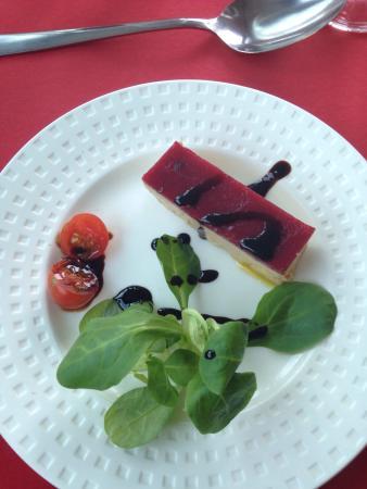 Παρίσι, Γαλλία: Foie gras, suprême de volaille, assortiment de desserts. Le vin : Bordeaux médaille d'or 2013. R