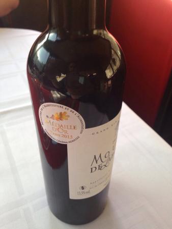 Paryż, Francja: Foie gras, suprême de volaille, assortiment de desserts. Le vin : Bordeaux médaille d'or 2013. R