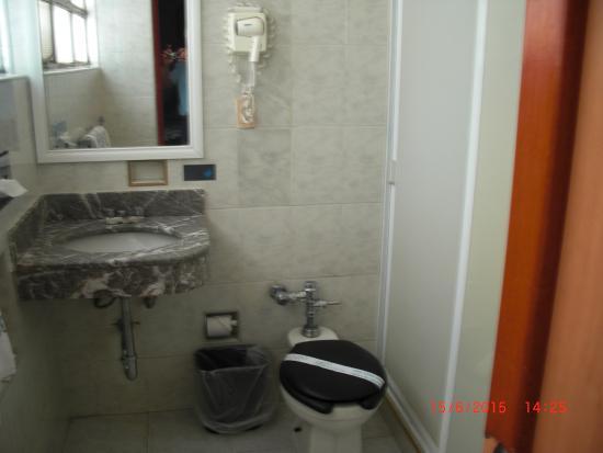 Hotel Diligencias: Baño de la habitación