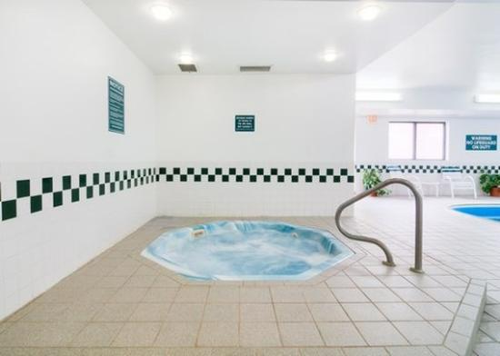 Morris Comfort Inn: Hot Tub