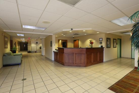 Allure Suites: FRONT DESK AREA