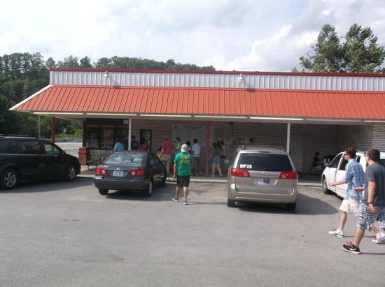 Booneville, KY: parking lot area