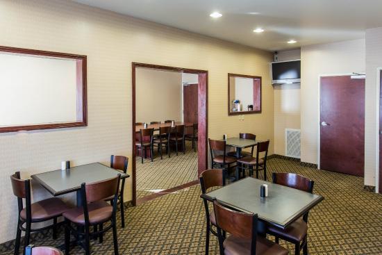 Econo Lodge Inn & Suites: OKBRKFST