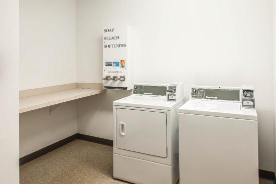 Comfort Suites South: laundry