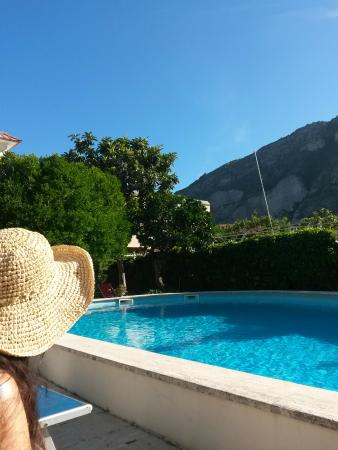 Villa Sorrento: Early  morning by the pool