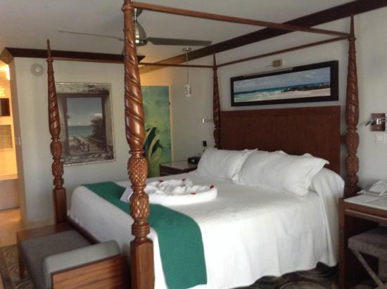 Four poster bed in crystal lagoon suite