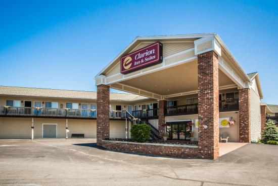 Clarion Inn & Suites: Ny Exterior