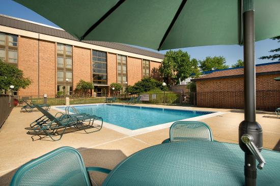 Pear Tree Inn St. Louis Airport: Outdoor Pool & Whirlpool