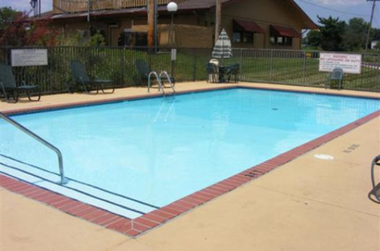 Drury Inn & Suites St. Louis Westport: Pool Area