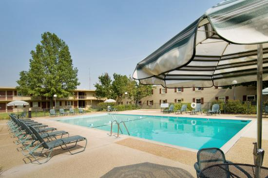 Drury Lodge Cape Girardeau: Outdoor Pool & Whirlpool