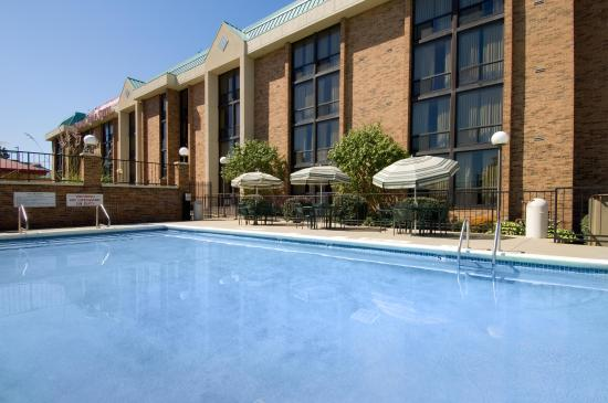 Drury Inn & Suites Kansas City Stadium: Outdoor Pool & Whirlpool