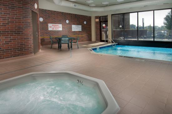 Drury Inn Poplar Bluff: Indoor/Outdoor Pool & Whirlpool