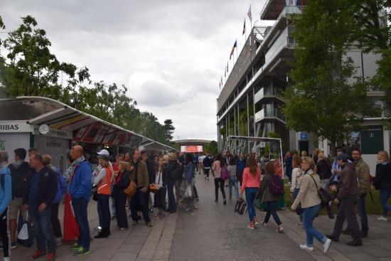 Παρίσι, Γαλλία: These walkways get crowded as the day progresses.
