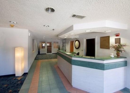 Econo Lodge & Suites: Lobby
