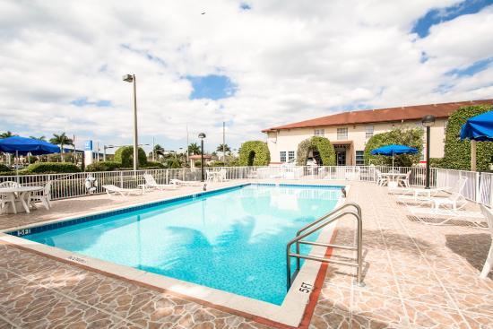 Baymont Inn & Suites : Pool