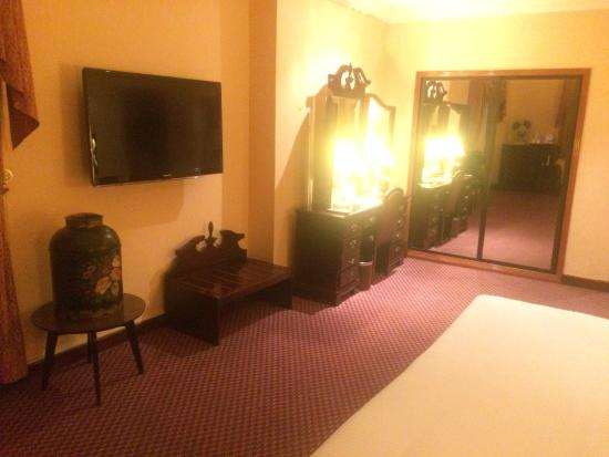 Delmon International Hotel: Dressing Table & TV