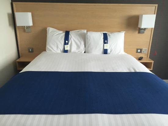 Holiday Inn Manchester Airport: Cama grande y comoda con diferentes tipos de almohadas