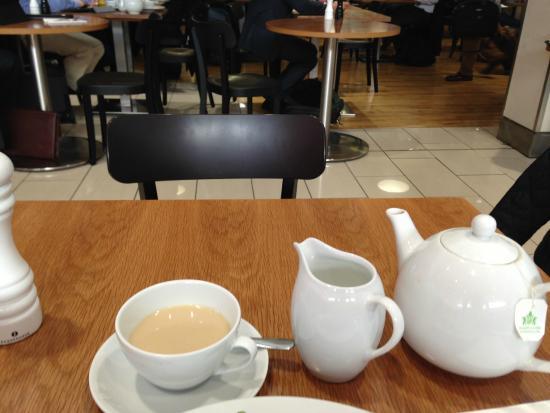 Pilots Bar & Kitchen : お茶が出るまでにも結構待つ