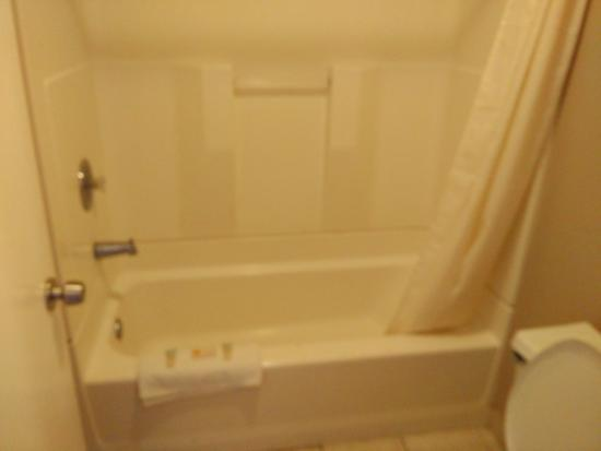 Shining Light Inn & Suites: Bathrooms r much better. Rooms no longer stink. New owners r really trying to make it better. I