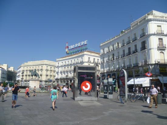 Salida del metro chupa y escupe gente picture of puerta for Puerta del sol santiago
