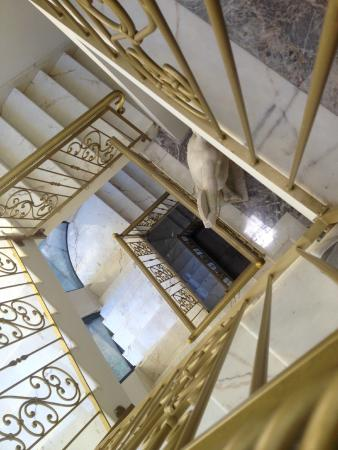 Marconi Hotel: Elegant marble staircase