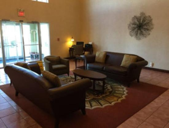 Baymont Inn & Suites Highland: Lobby