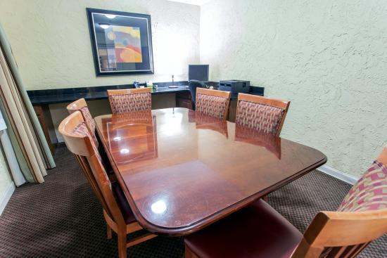 Comfort Inn and Suites Newark: CACBSNESCENTR