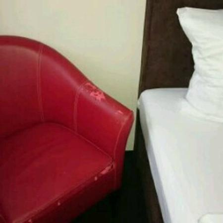 Centro Hotel Ayun: dirty old armchair in the room