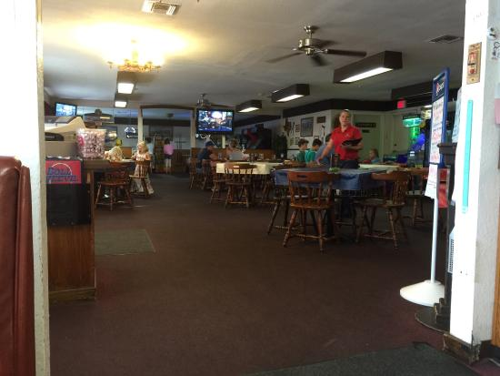 Boll Weevil Ramona : Looking into the large dinning room. Pool tables are at far end.  Another eating area and a bar