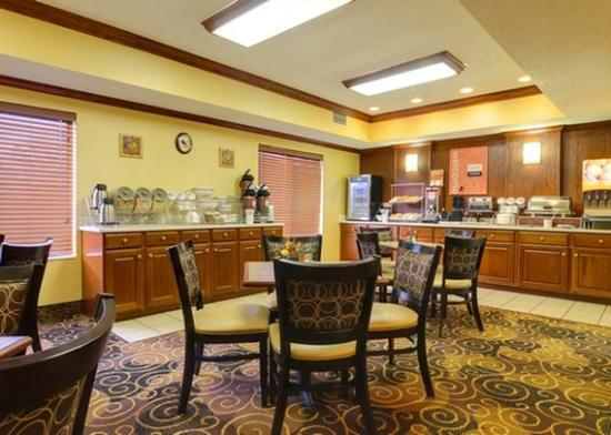 Quality Inn & Suites Niles: BREAKFAST