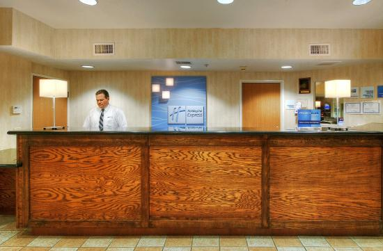 Holiday Inn Express Roswell: Our courtious staff will make you feel at home