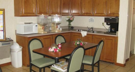 Country Hearth Inn - Decatur: Breakfast Area