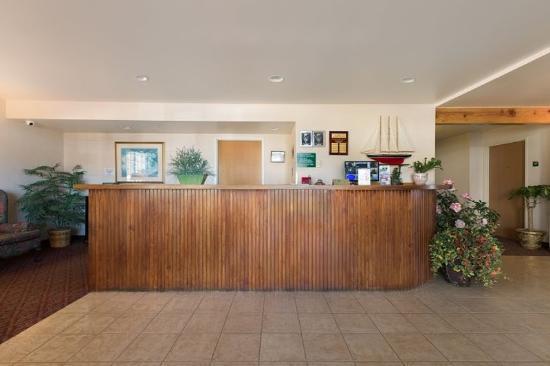America's Best Inn & Suites Lincoln City: Front Desk