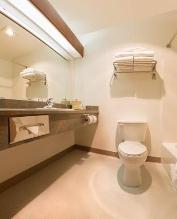 America's Best Inn & Suites Lincoln City: Bathroom