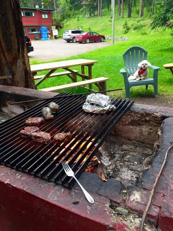 Miette Hot Springs Resort: Cute cottage & great fire pit for BBQing!