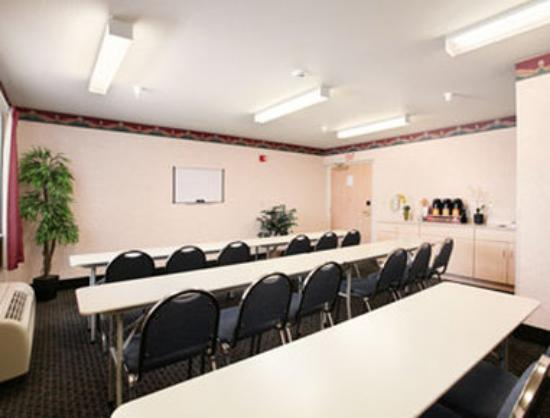 Microtel Inn & Suites: Meeting Room