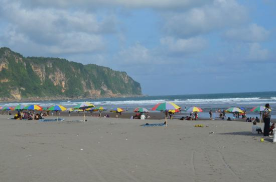 Parangtritis, Indonesia: Beach umbrellas for rent