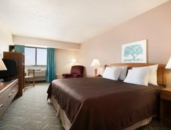 Super 8 Dodgeville: King Bed Room