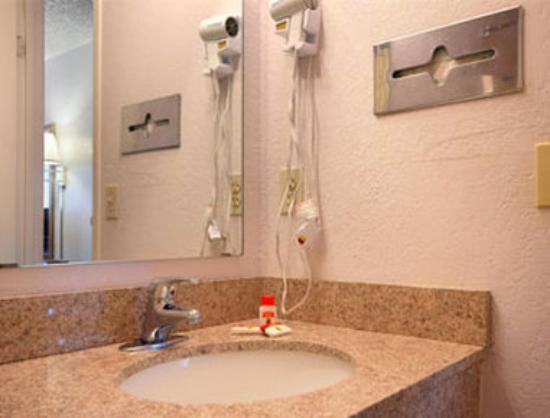 Super 8 Elk City: Bathroom