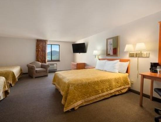 Super 8 Coeur d'Alene: Standard Three Double Bed Room