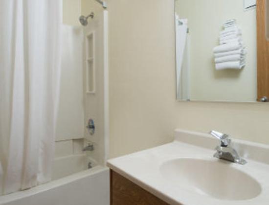 Super 8 Walla Walla: Bathroom