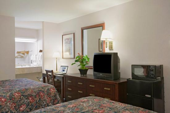 Americas Best Value Inn & Suites - Wine Country: Two Queen Beds